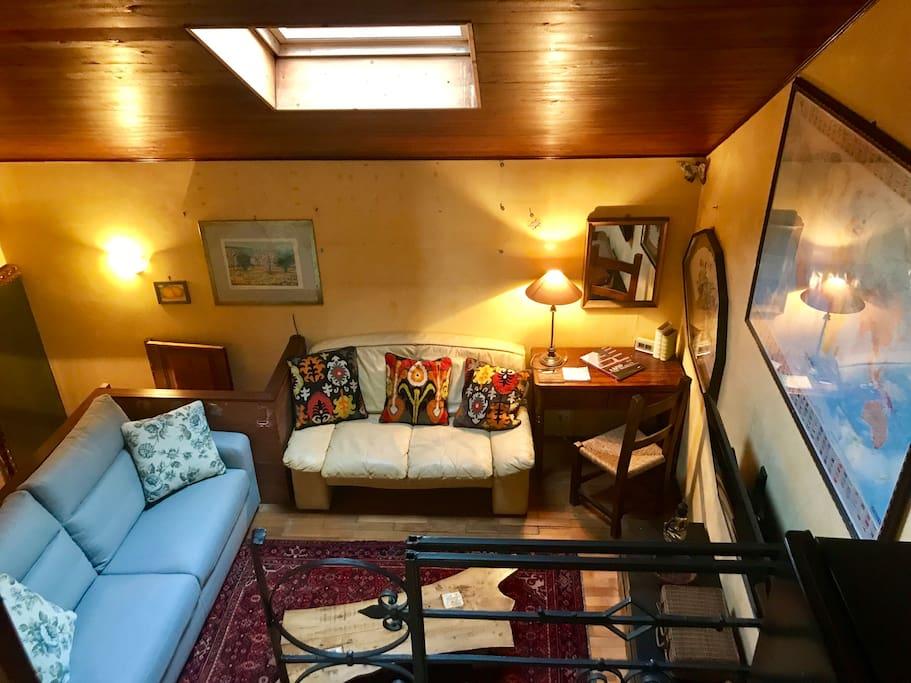 Zona soggiorno con 2 divani di cui uno letto.