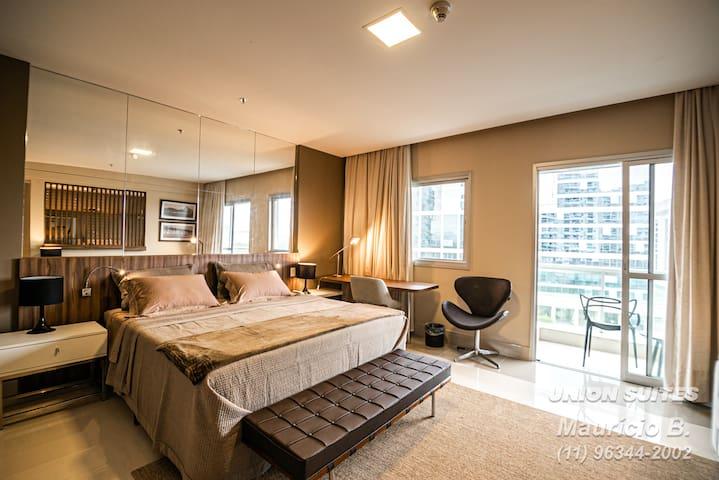 Cama de casal King Size super confortável, escrivaninha para HomeOffice, ambiente bem iluminado e arejado com sacada.