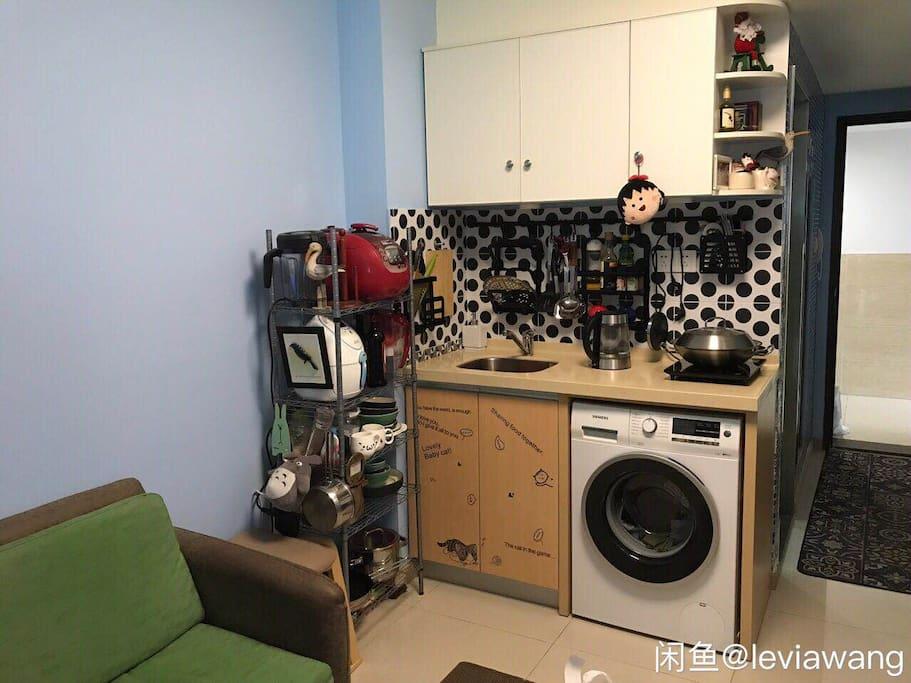 配备了简单的厨房用品,包括电磁炉以及配套的锅,甚至还有盛菜的碟子。欢迎在此入住稍微长一些的小伙伴自己动手丰衣足食~