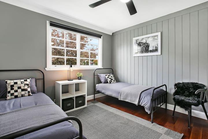 Bedroom 3 - 2 x singles