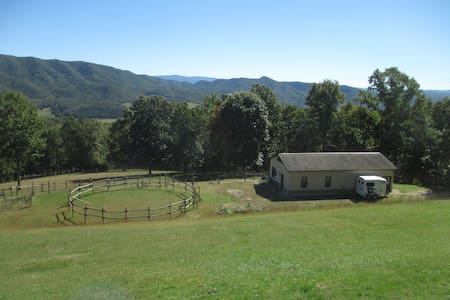 Paradise! Beautiful location only 2.5 miles to VT - Blacksburg