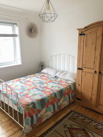 Sunny private double room close to Wimbledon