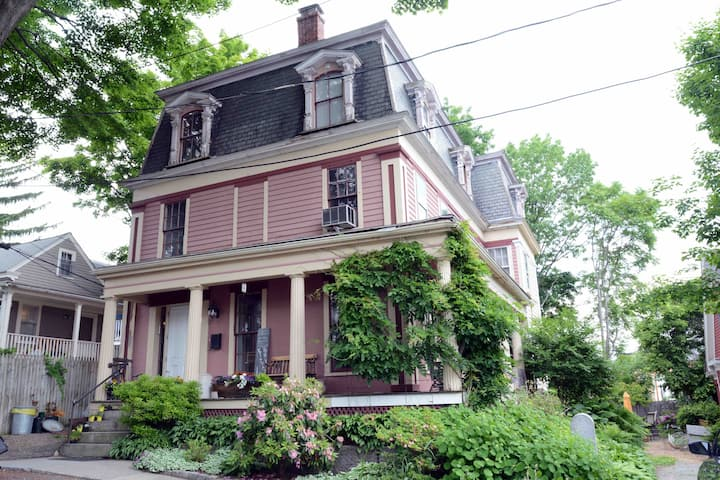 B&B/ Queen/ WiFi/Netflix/Parking/Crown Hill (1850)