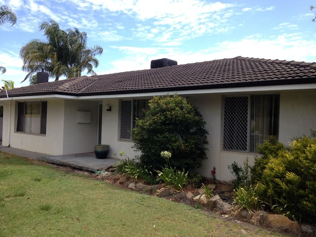 3 Bedroom Home with Pool.AUD$693pw. - Riverton - House