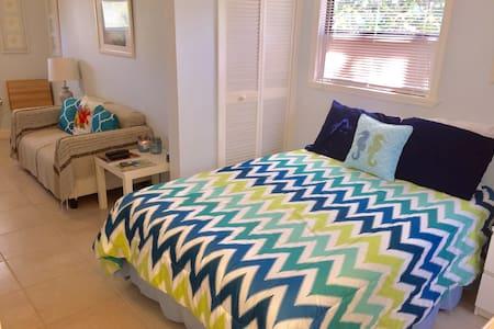 Our Tiny Little Guest-House :-) - Key Largo - Vendégház