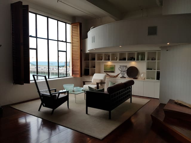 Downtown harbourside loft apartment (free carpark)