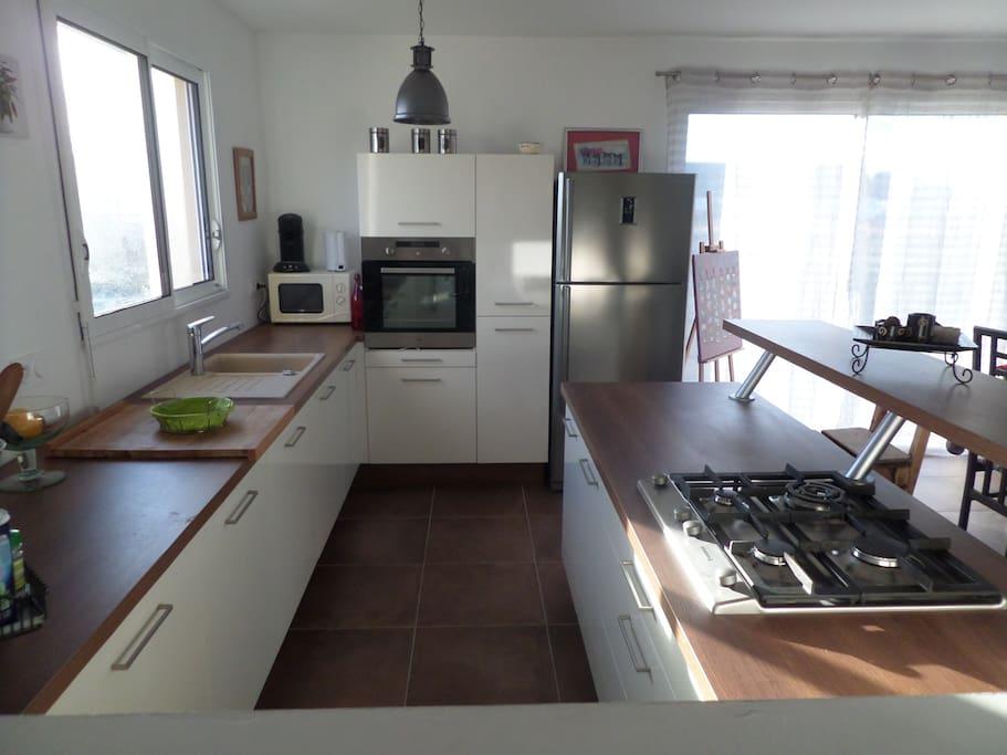 grande cuisine ouverte sur séjour, très lumineuse et fonctionnelle