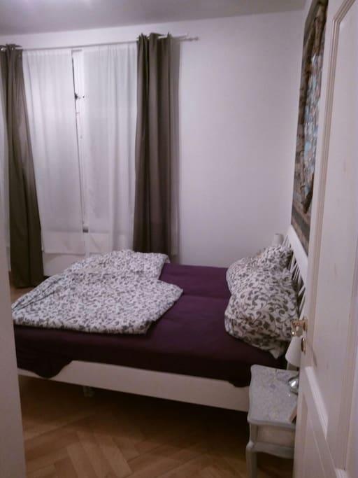 Schlafzimmer mit Doppelbett  15 qm