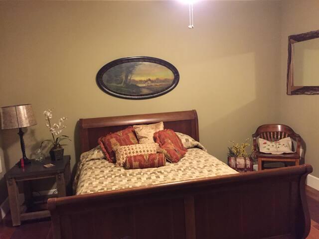 Second Bedroom/Queen Bed