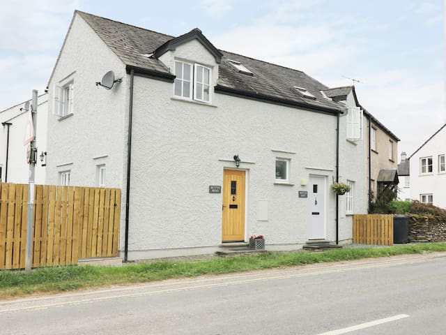 BETTY'S MEWS, with a garden in Hawkshead, Ref 982345