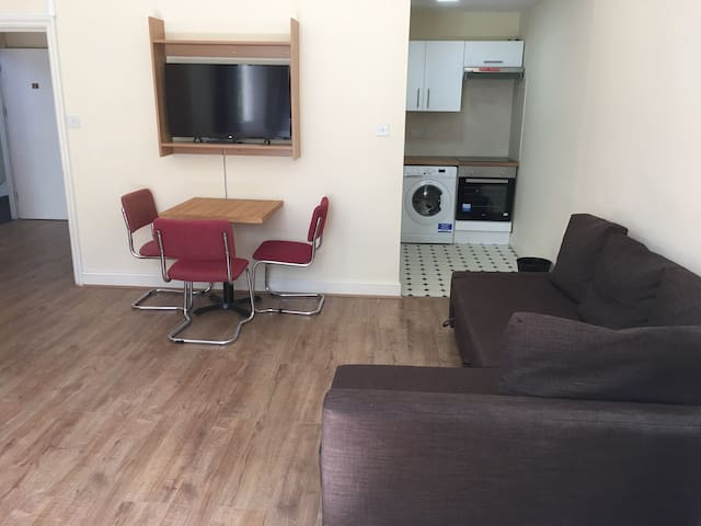 One bedroom ( suits 4 people ) Earl's court