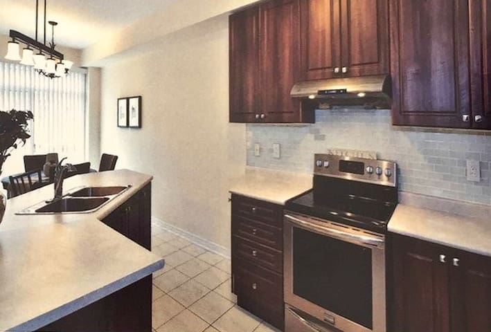 Beautiful New Furnished Home, Brampton - 賓頓(Brampton) - 獨棟