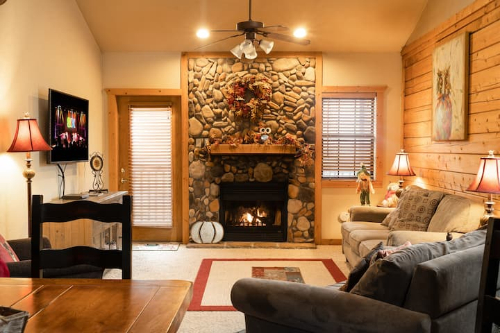 Cozy 2BR 2BA Cabin with Fireplace & Whirlpool Tub