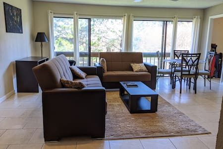 Spacious cozy minutes from beach center of Destin