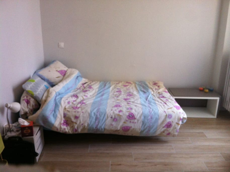 Un lit deux places.