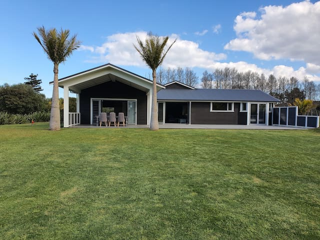 Puriri Estate Beach House 100m from the Harbour