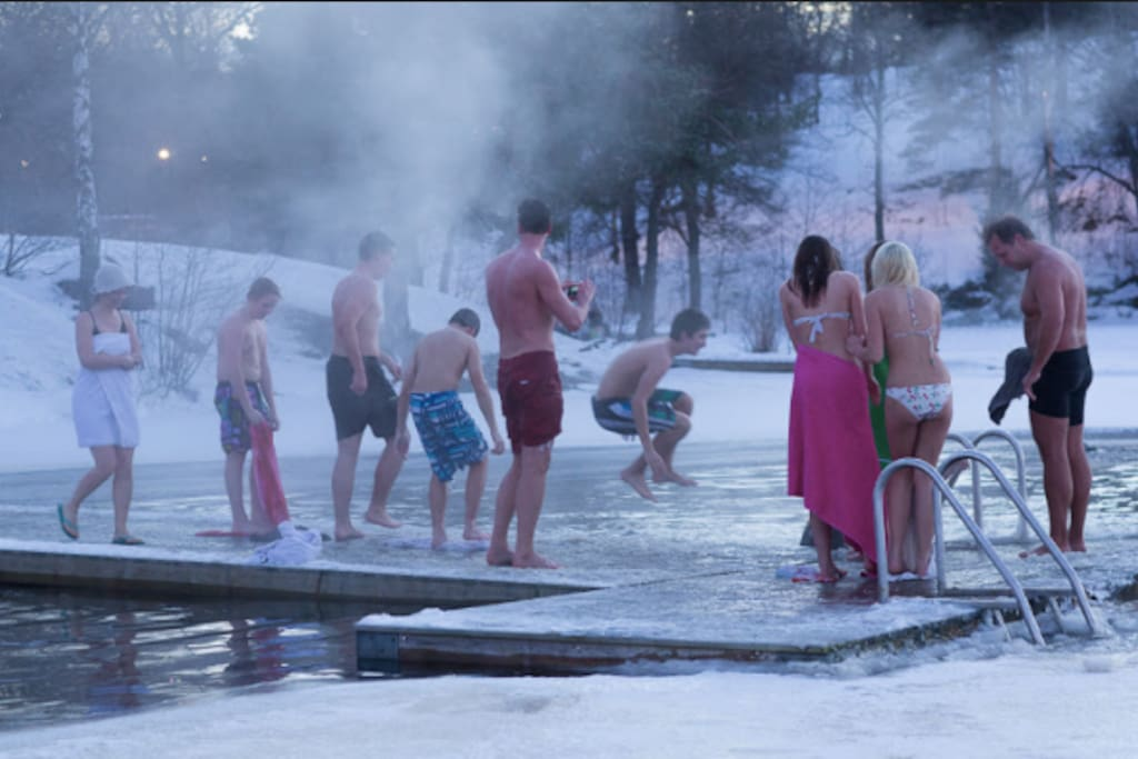 Walk through the Nacka nature reserve to Hellasgården, take a swim in the freesing water before entering the sauna.