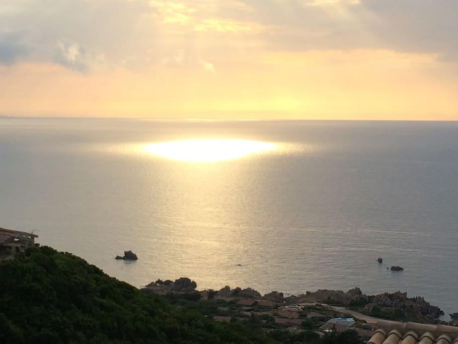 Per i più romantici la vista di un tramonto mozzafiato sul mare.