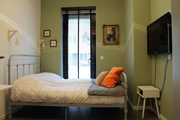 Comfortable and cosy studio with private bathroom