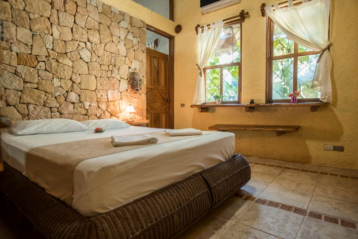 Honeymoon Suite | Havana Lodge | 1min walk to Beach