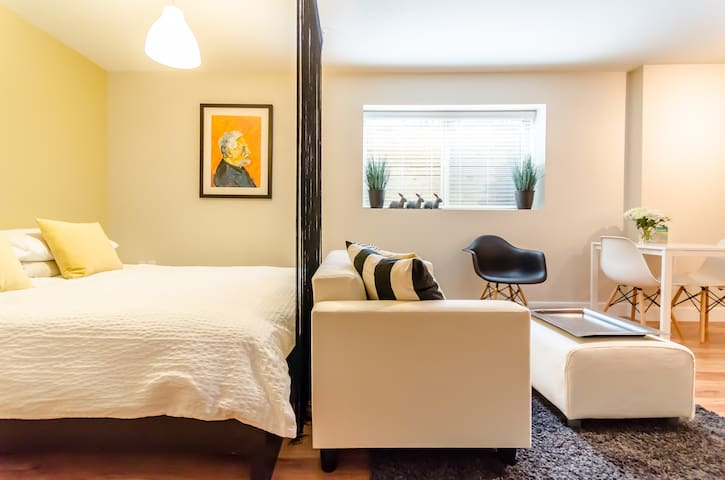Cozy Contemporary Studio - Langley - Appartement