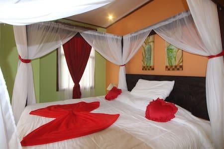 Honey Moon Suite, A/C, Jacuzzi & Volcano View - Bed & Breakfast