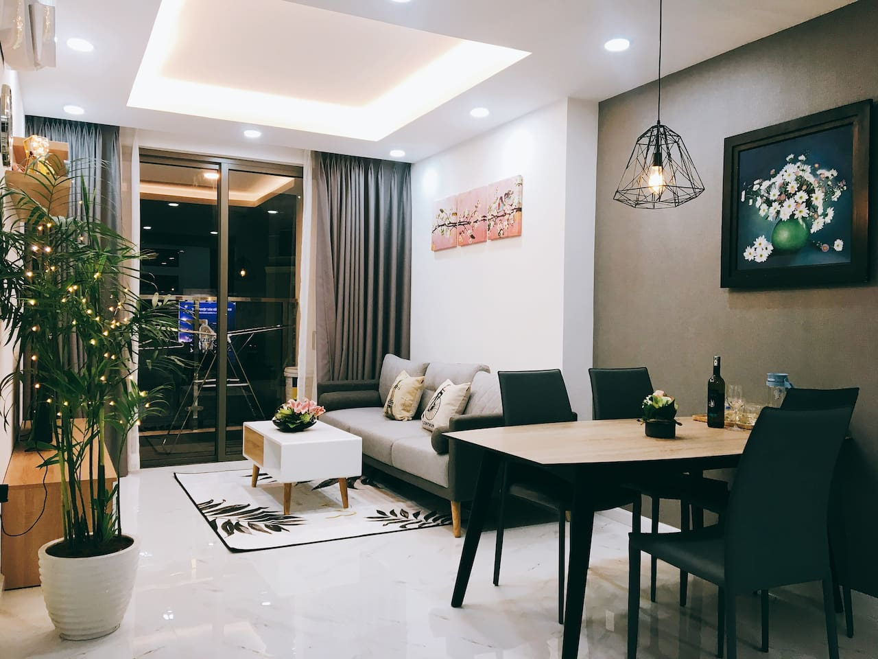 Stylish & cozy fully furnished apartment in between Tan Son Nhat International Airport and the busy center District 1. 1 bottle of red wine as a gift for 1-month & above rental.