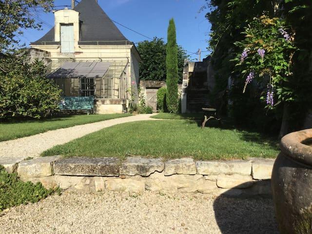 Petit pavillon XVIIIème indépendant - Chouzé-sur-Loire - Bed & Breakfast