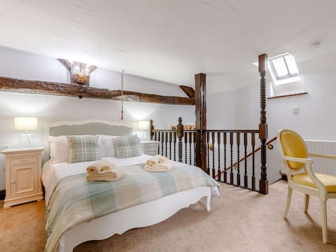 Romantic single bedroom cottage on a working farm