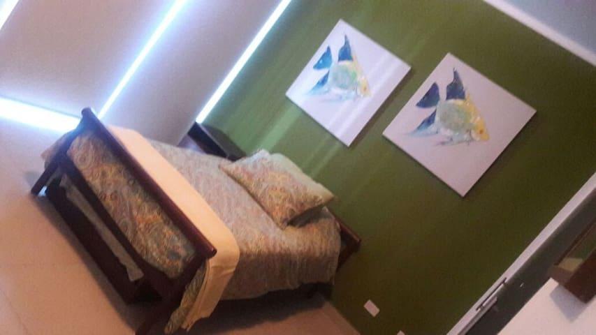 Habitación secundaria cama twin con cama auxiliar.