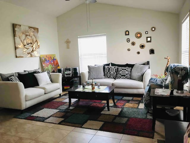 Confortable habitación en hogar cristiano