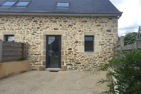 Petite maison en pierre en campagne - Plouédern