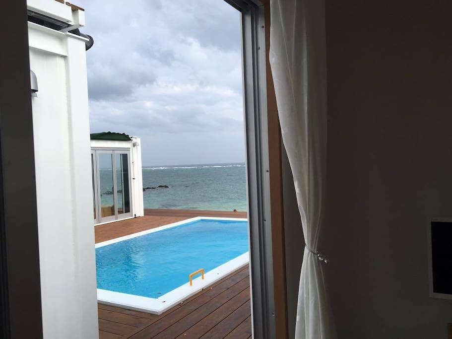 ルームCからプール越しに見る海もなかなか素敵です。