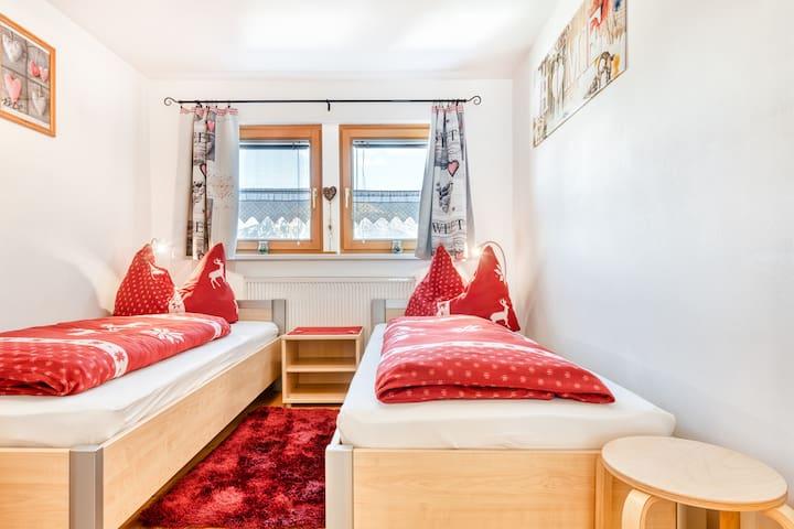 zweites Schlafzimmer mit zwei getrennten Betten