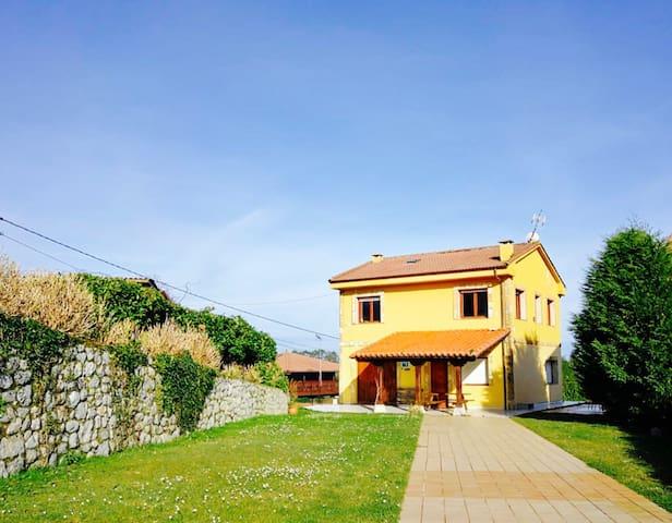 Casa con vistas al mar y Los Picos de Europa