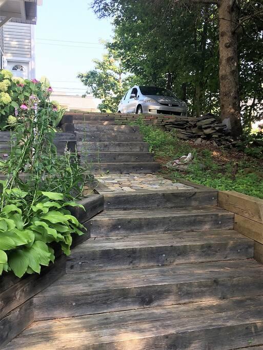 escalier qui mène a l'appartement. Attention le bois peut glisser en temps de pluis