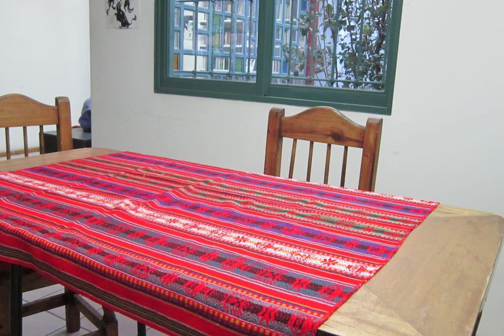 mesa, sillas, pava eléctrica, tazas y vasos, conexión wifi