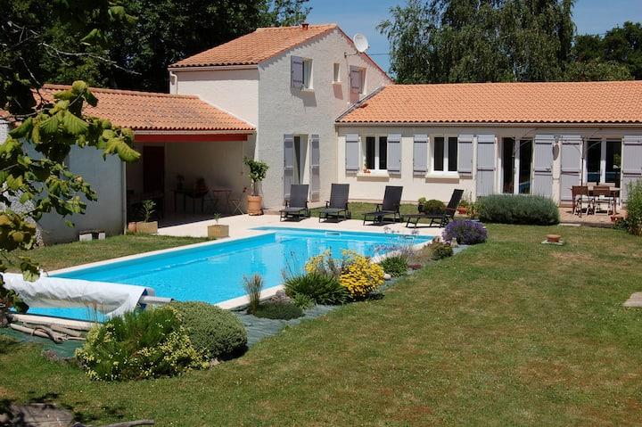Maison calme avec jardin et piscine