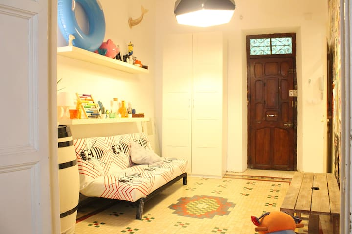 Private room in a lovely city centred apartment - València - House