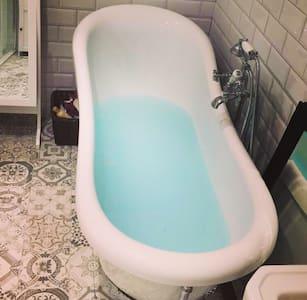 Double room in Victorian house, luxury bathroom - Ipswich