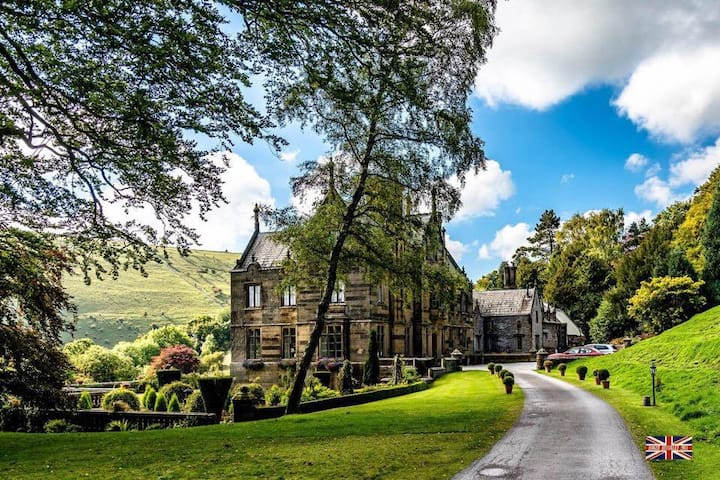 Aunt Annie's Family B&B in Cressbrook Hall