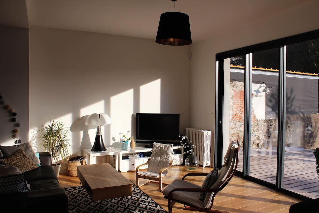 Luminous living room with an access to the garden and the terrace