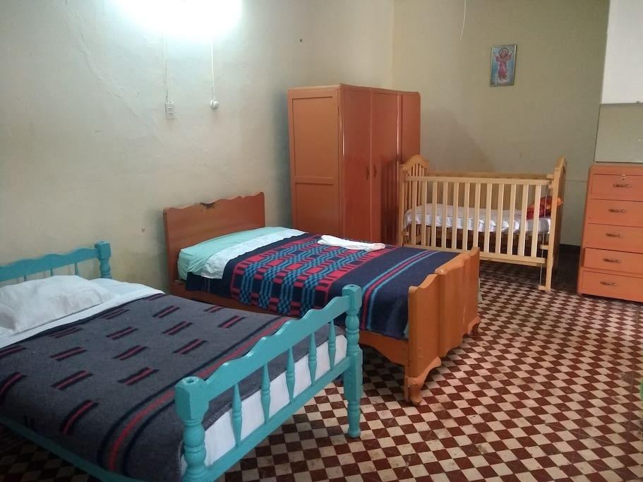 dormitorio con baño, 2 camas, 1 cuna