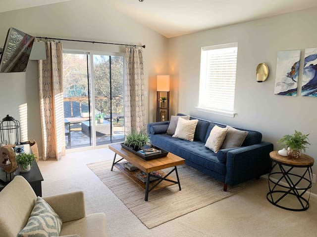 Comfy, Clean, & Cozy With Access to all of Seattle