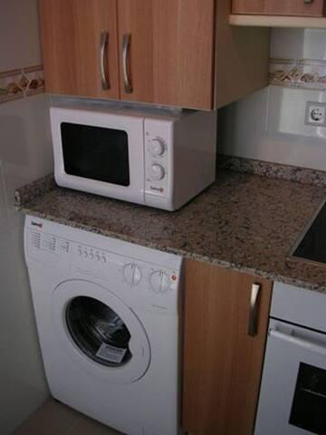 Cocina, con lavadora y microondas
