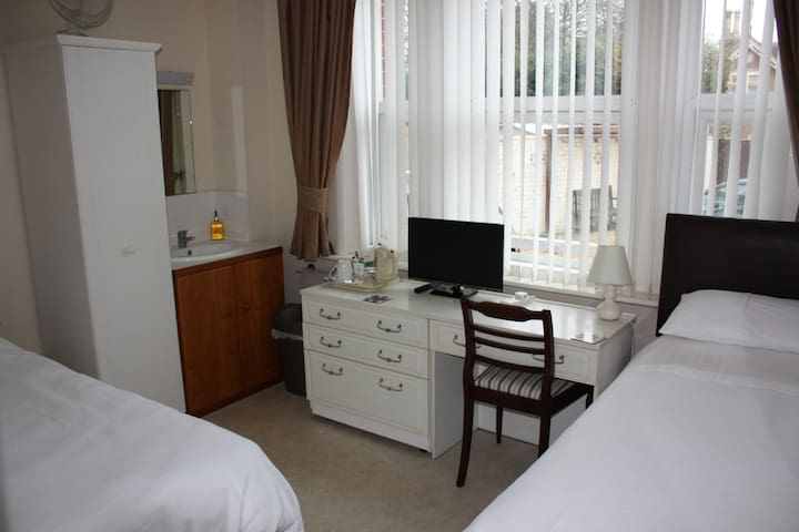 Twin room next to Poole Park, central Poole