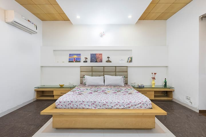 Live w/ Punjabi Family|Luxury Suites|WiFi|Kitchen
