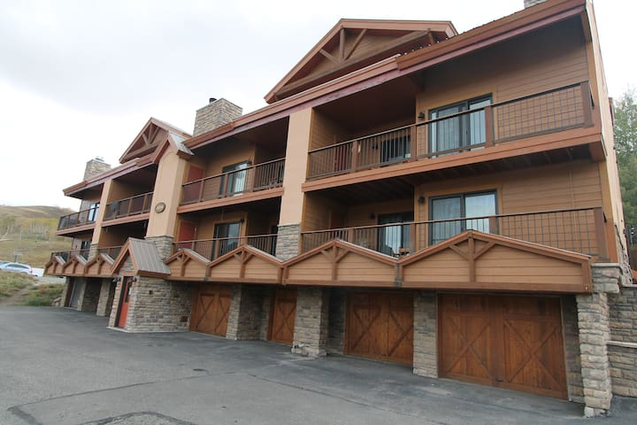 Beautiful 4 BR Paradise condo.  Ski in/out, Garage, hot tub & Pet Friendly! Shuttle.