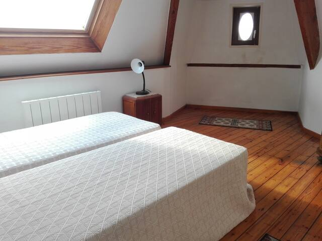 Chambre avec 2 lits de une personne