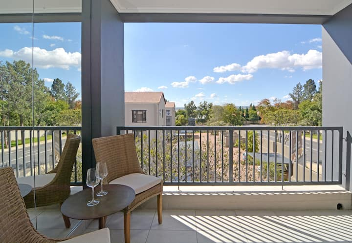Exec apartment: Lonehill, stylish & clean, WiFi